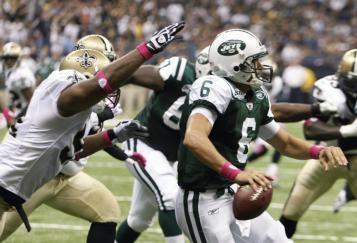 Quarterback Jets Mark Sanchez atakowany był intensywnie przez cały mecz PHOTO AP