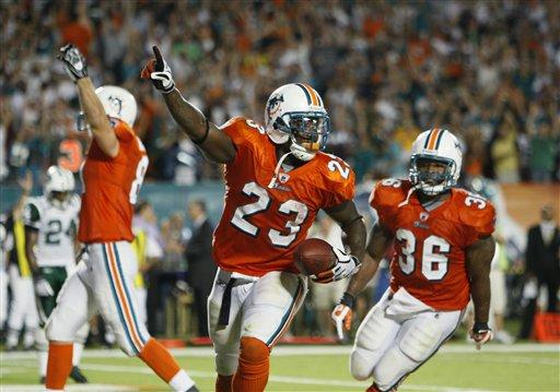 Runningback Ronnie Brown (23) po zdobyciu zwycięskiego przyłożenia dla Dolphins. PHOTO AP/Wilfredo Lee