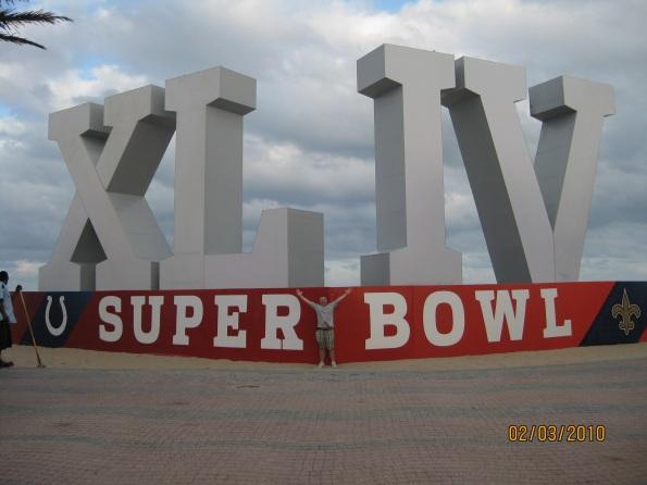 Chris Reiko autor przed ogromnym logo SUPER BOWL XLIV na plazy w Fort Lauderdale nieopodal Miami. PHOTO @ CHRIS REIKO